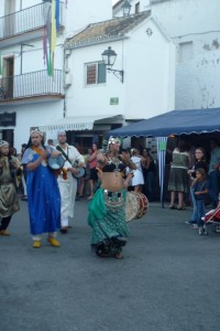 Street performers at the Luna Mora Festival in Guaro