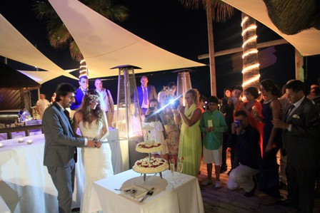 Photo of couple cutting wedding cake at Luna Beach Club
